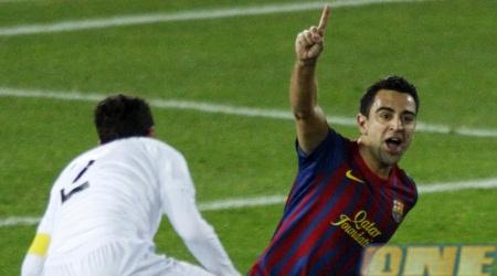 צ´אבי חוגג את השער השני של ברצלונה ומסמן מי מספר אחת (רויטרס)
