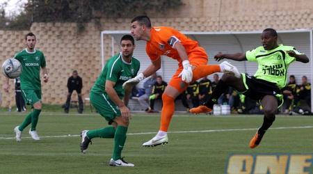 רון שושן יוצא לכדור מול זיו מלסה (איתי ישראל)