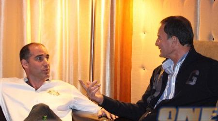 """אלי כהן ואיציק קורנפיין מחוייכים במהלך הפגישה. המאמן שוב בבית""""ר (גיא בן זיו)"""