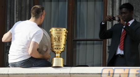 האוסטרי מצלם את ריברי עם צלחת האליפות (רויטרס)