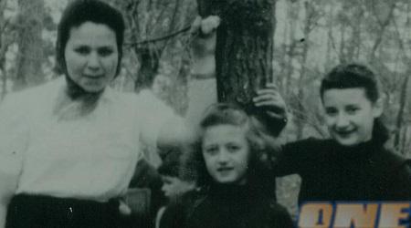סאלה (באמצע) עם באשה (מימין) ב-1945, רגע לאחר סיום המלחמה