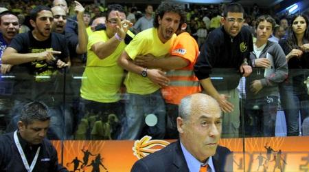 אוהדי נתניה צובאים על המזכירות בסיום המשחק (יניב גונן)