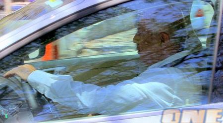 לוזון ברכבו לאחר דיון החירום (יניב גונן)