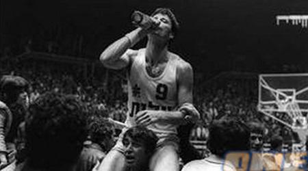 מיקי לוגם שמפניה ב-77. הלוואי שנראה עוד תמונות כאלה (בעז גורן)