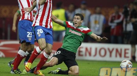 דה מרקוס נופל אחרי תיקול עם שחקני אתלטיקו (GettyImages)