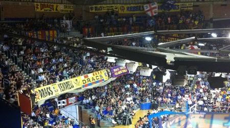 הקהל המדים בפלאו ארנה בברצלונה (מור מרקוס)