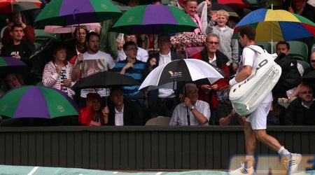 אנדי מארי יורד מהמגרש על רקע האוהדים והמטריות (GettyImages)