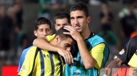 דאבור מחבק את בן בן יאיר (יניב גונן)