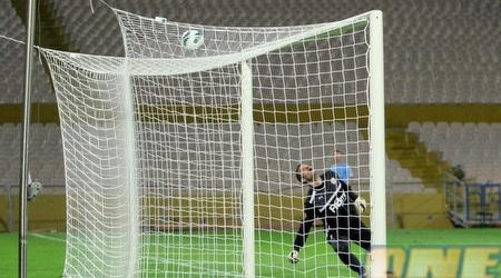 הכדור של חסן נוחת על הרשת של אברבנל (יניב גונן)