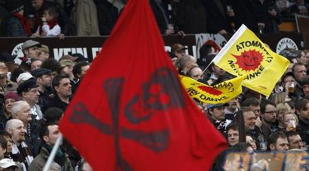 האוהדים עם הדגל המפורסם (רויטרס)