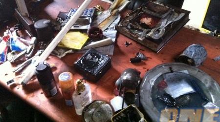 """שולחן במשרדי בית""""ר לאחר ההצתה (גיא בן זיו)"""
