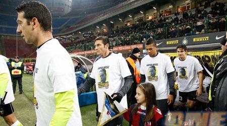 שחקני אינטר עם החולצות לזכרו של וייס השנה מול בולוניה (INTER.IT)
