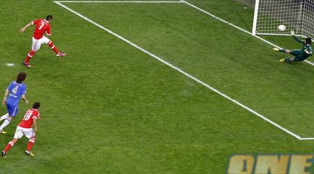 אוסקר קארדוסו כובש מהנקודה הלבנה (רויטרס)