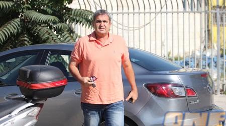 אלי כהן יוצא מהרכב (גיא בן זיו)
