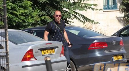 קורנפיין מגיע לפגישה עם אלי כהן (גיא בן זיו)