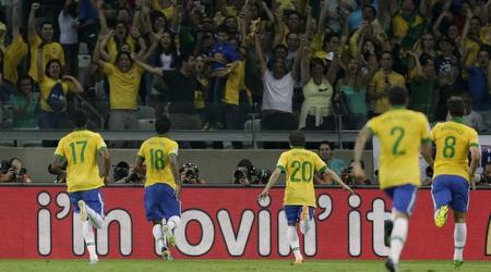שחקני ברזיל רצים לחגוג עם הקהל את העלייה לגמר (רויטרס)