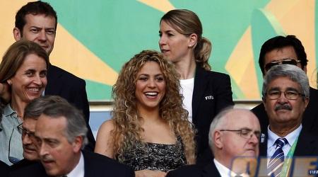 בת זוגו של ג´רארד פיקה, שאקירה, מרוצה ביציע (רויטרס)