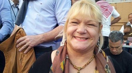 אמא של אדינסון קבאני מרוצה ביציע (דניאלה סמרי)
