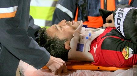 יוסי דורה מפונה לבית חולים לאחר המכה שספג (משה חרמון)