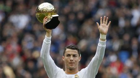 כריסטיאנו רונאלדו עם כדור הזהב (רויטרס)