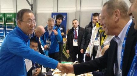 """יו""""ר הוועדת האולימפי יגאל כרמי לוחץ את ידו של מזכ""""ל האימון באן קי מון בסוצ´י"""