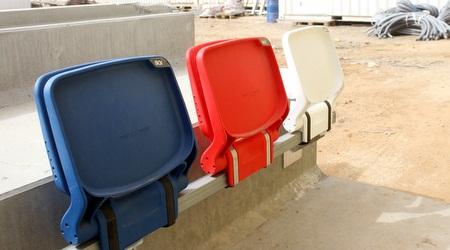 הכיסאות שיותקנו באולם: אדום, לבן, כחול (חגי ניזרי)