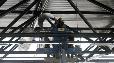 התקנת מערכות מיזוג וחשמל בגג ההיכל (חגי ניזרי)