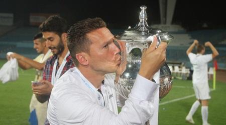 בכר עם הגביע. מאמן העונה שלכם (רדאד ג´בארה)
