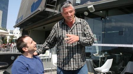 בלאט עם קצין המילואים ששחרר אותו (משה חרמון)