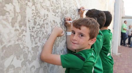 אוהדים חותמים בקריית אליעזר (עמית מצפה)