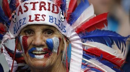אוהדת צרפת מאושרת ביציע (רויטרס)