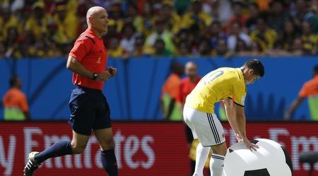 חאמס רודריגס מטפל בכדור גדול שנזרק למגרש (רויטרס)