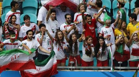 אוהדי ואוהדות איראן ביחד ביציע. אפשרי? (רויטרס)