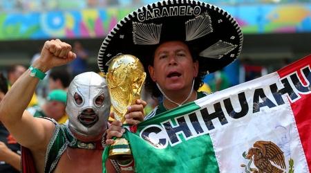 האוהדים הצבעוניים של נבחרת מקסיקו ביציע (GettyImages)