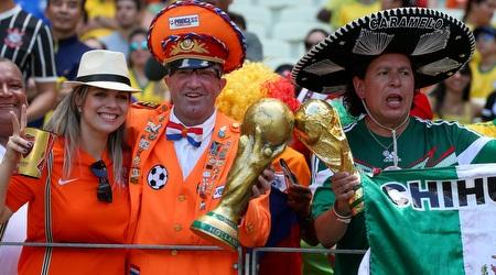 אוהדי נבחרת מקסיקו ואלו של הולנד ביציע (GettyImages)