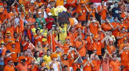 אוהדי נבחרת הולנד ביציעים (רויטרס)
