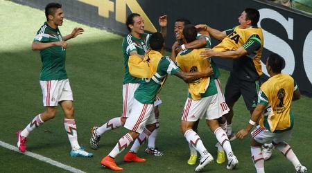 שחקני מקסיקו חוגגים עם דוס סנטוס (רויטרס)