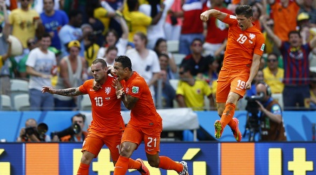 שחקני הולנד חוגגים עם סניידר את השוויון (רויטרס)