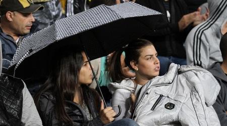 אוהדות עם מטריות ביציע (רדאד ג´בארה)
