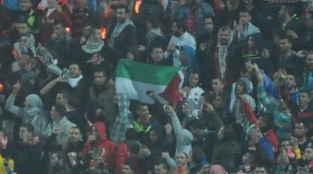 אוהדי סכנין מניפים דגלי פלסטין (עמרי שטיין)