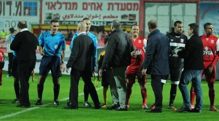 המנהלת והשחקנים לפני המשחק (עמרי שטיין)