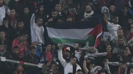 אוהדי סכנין מניפים דגל פלסטין (נעם מורנו)