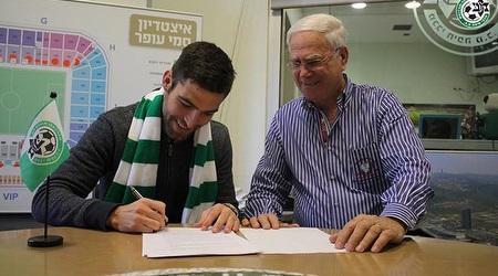 שכטר חותם על החוזה עם יעקב שחר (האתר הרשמי של מכבי חיפה)