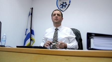 הדיין ישראל שמעוני בבית הדין של ההתאחדות לכדורגל (יניב גונן)