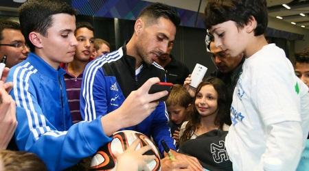 ערן זהבי חותם לילדים לפני האימון (ההתאחדות לכדורגל)