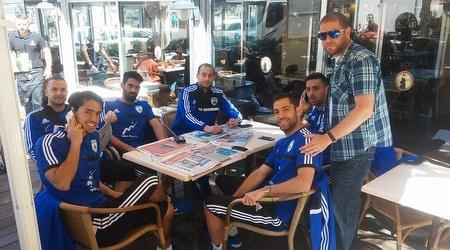 שחקני נבחרת ישראל מעבירים את הזמן (קפה הבנק)