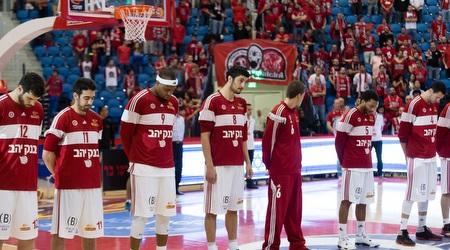 שחקני הפועל ירושלים במהלך הדקה הדומיה (דור קדמי)