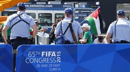 """מפגינים פרו פלסטינים מול קונגרס פיפ""""א (רויטרס)"""