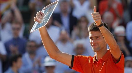 ג´וקוביץ´ מציג את הפרס של הזוכה במקום השני (רויטרס)