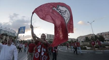 אוהד הפועל ירושלים עם דגל (אורן בן חקון)